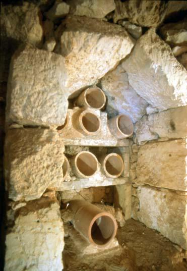 Apiari rupestri. Foto G. Bologna Centro Studi Sotterrnaei Genova.